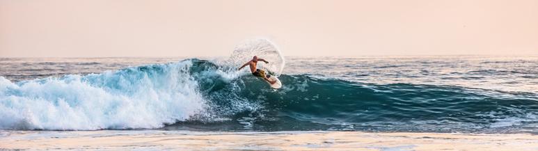 Man surft in Fuerteventura